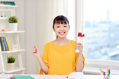 Estudiante de mujer asiático feliz con el diploma en casa Foto de archivo