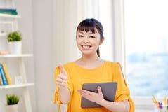 Estudiante de mujer asiático feliz con PC de la tableta en casa Fotografía de archivo libre de regalías