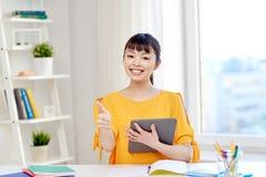 Estudiante de mujer asiático feliz con PC de la tableta en casa Fotos de archivo
