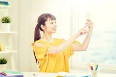 Estudiante de mujer asiático que toma el selfie con smartphone Imagen de archivo libre de regalías