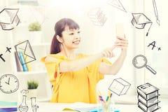 Estudiante de mujer asiático que toma el selfie con smartphone Imágenes de archivo libres de regalías