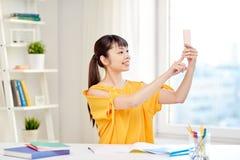 Estudiante de mujer asiático que toma el selfie con smartphone Foto de archivo