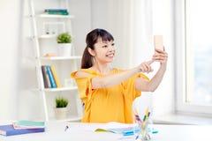 Estudiante de mujer asiático que toma el selfie con smartphone Imagenes de archivo