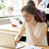 Estudiante de mujer atractivo joven que trabaja en el ordenador portátil en coworking el SP Imagen de archivo