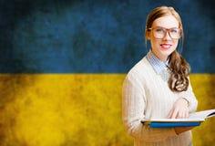 Estudiante de mujer bonito joven que aprende ucraniano Fotografía de archivo