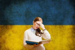 Estudiante de mujer bonito joven que aprende ucraniano Fotografía de archivo libre de regalías