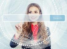 Estudiante de mujer bonito que sonríe y que señala para vaciar la barra de la dirección en explorador Web virtual El aprendizaje  foto de archivo libre de regalías