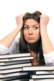 Estudiante de mujer cansado de los libros de lectura Imagen de archivo