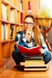Estudiante de mujer en biblioteca de universidad imagenes de archivo