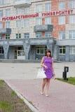 Estudiante de mujer en el territorio de la universidad de estado Fotos de archivo