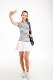 Estudiante de mujer feliz que hace la foto del selfie en smartphone Imagenes de archivo