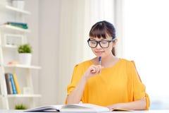 Estudiante de mujer joven asiático feliz que aprende en casa Imagen de archivo libre de regalías