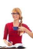 Estudiante de mujer joven en el vector con el cuaderno y la taza Imagenes de archivo