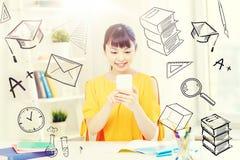 Estudiante de mujer joven feliz con smartphone en casa Imágenes de archivo libres de regalías