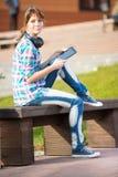 Estudiante de mujer joven hermoso con el cuaderno de notas Imagen de archivo