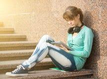 Estudiante de mujer joven hermoso con el cuaderno de notas y Fotos de archivo