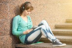 Estudiante de mujer joven hermoso con el cuaderno de notas y Imagen de archivo