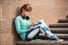 Estudiante de mujer joven hermoso con el cuaderno de notas y Imágenes de archivo libres de regalías