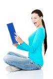 Estudiante de mujer joven hermoso con el libro de trabajo. Fotografía de archivo