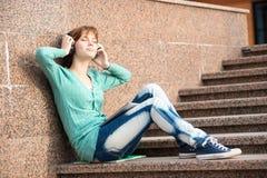 Estudiante de mujer joven hermoso con los auriculares Fotos de archivo libres de regalías