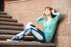 Estudiante de mujer joven hermoso con los auriculares Imágenes de archivo libres de regalías