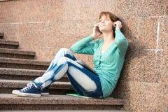 Estudiante de mujer joven hermoso con los auriculares Foto de archivo