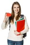 Estudiante de mujer joven que muestra la tarjeta del crédito en blanco Imagenes de archivo