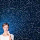 Estudiante de mujer lindo Thinking en fondo azul de la ciencia Fotografía de archivo