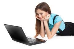 Estudiante de mujer que se sienta con la computadora portátil Imagenes de archivo