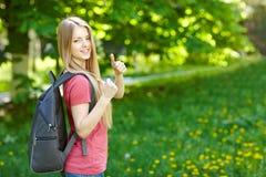 Estudiante de mujer sonriente con la mochila Foto de archivo