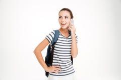 Estudiante de mujer sonriente que habla en el teléfono Fotografía de archivo libre de regalías