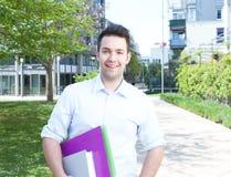 Estudiante de risa que permanece en campus foto de archivo