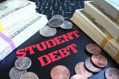 Estudiante Debt With Stacks del dinero en el teclado del ordenador portátil de alta calidad imagenes de archivo
