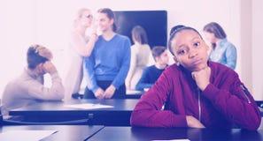 Estudiante decepcionada que siente incómoda en la rotura en medio Fotografía de archivo libre de regalías