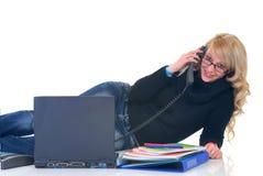 Estudiante del adolescente en el teléfono Imagen de archivo libre de regalías