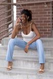 Estudiante del afroamericano en el teléfono celular en pasos de progresión Fotos de archivo libres de regalías