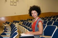 Estudiante del afroamericano en pasillo de conferencia Fotos de archivo