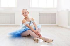 Estudiante del ballet que ejercita en traje del ballet Imagenes de archivo
