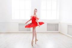 Estudiante del ballet que ejercita en traje del ballet Foto de archivo