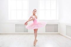 Estudiante del ballet que ejercita en traje del ballet Fotos de archivo libres de regalías