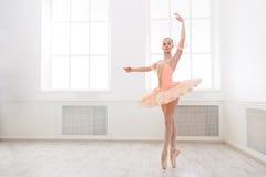 Estudiante del ballet que ejercita en traje del ballet Imágenes de archivo libres de regalías