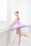 Estudiante del ballet que ejercita en traje del ballet Foto de archivo libre de regalías