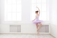 Estudiante del ballet que ejercita en traje del ballet Fotografía de archivo