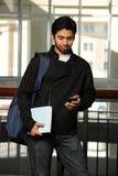 Estudiante del este joven con el teléfono celular Fotos de archivo