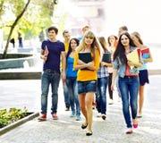Estudiante del grupo al aire libre. Foto de archivo libre de regalías