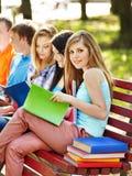 Estudiante del grupo con el cuaderno al aire libre. Fotos de archivo
