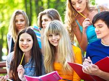 Estudiante del grupo con el cuaderno al aire libre. Imagen de archivo libre de regalías