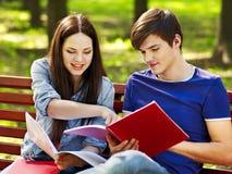 Estudiante del grupo con el cuaderno al aire libre. Foto de archivo