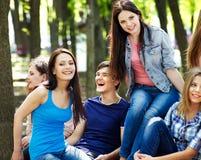 Estudiante del grupo con el cuaderno al aire libre. Fotografía de archivo libre de regalías