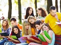 Estudiante del grupo con el cuaderno al aire libre. Imagenes de archivo